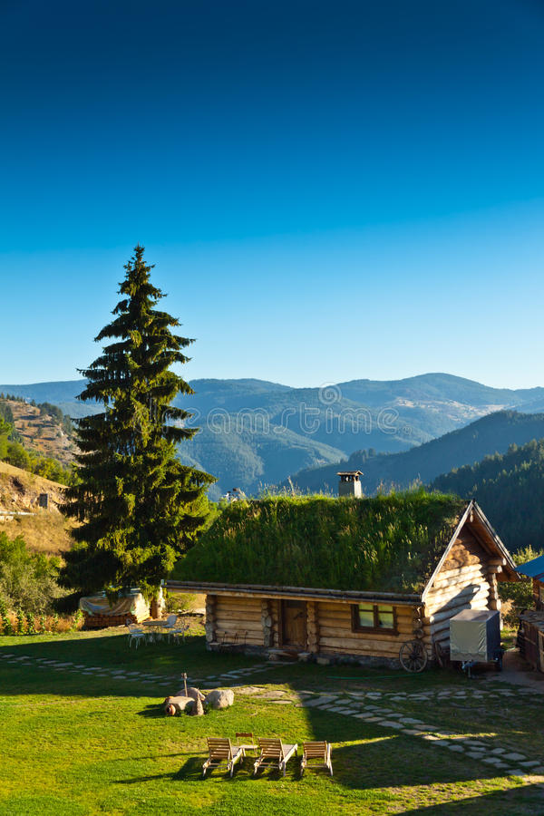 Деревянная дом в горах стоковая фотография