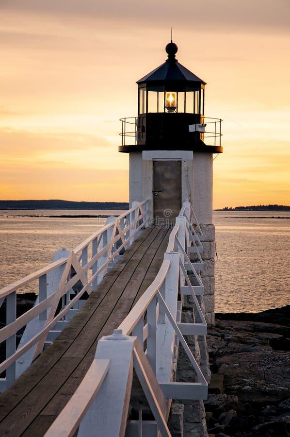 Деревянная дорожка к маяку Мейна на заходе солнца стоковые фото