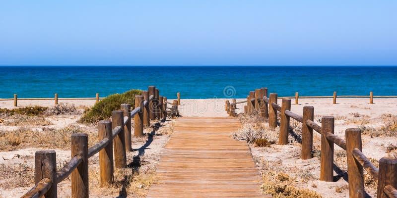 Деревянная дорожка к пляжу в Альмерии Испании стоковые изображения rf