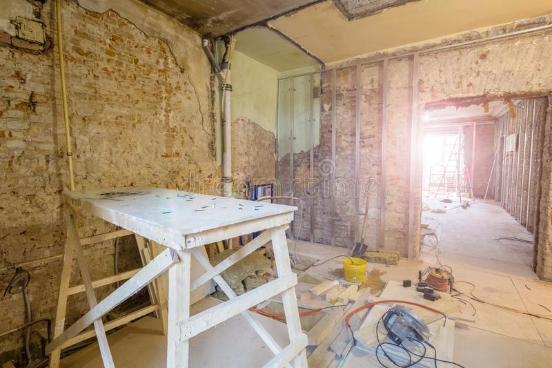 Деревянная доска в инструментах комнаты и конструкции в квартире во время на конструкции, remodeling, отстраивать и стоковые фотографии rf