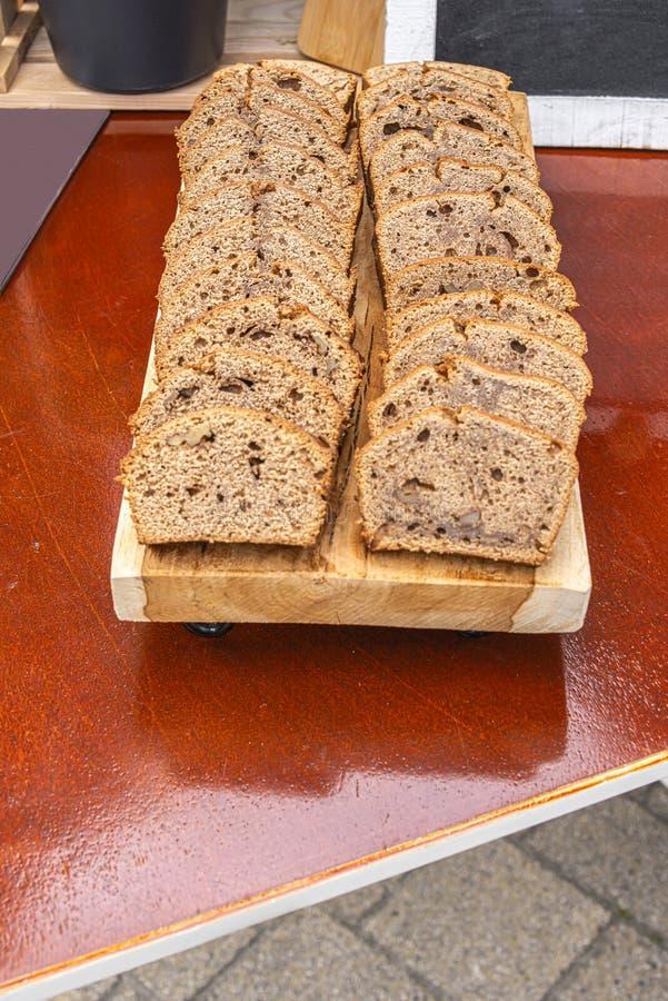 Деревянная доска заполненная с отрезанным тортом банана стоковое фото rf
