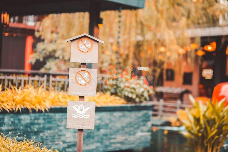 Деревянная доска и подписать для некурящих, удить и плавать в парке стоковая фотография