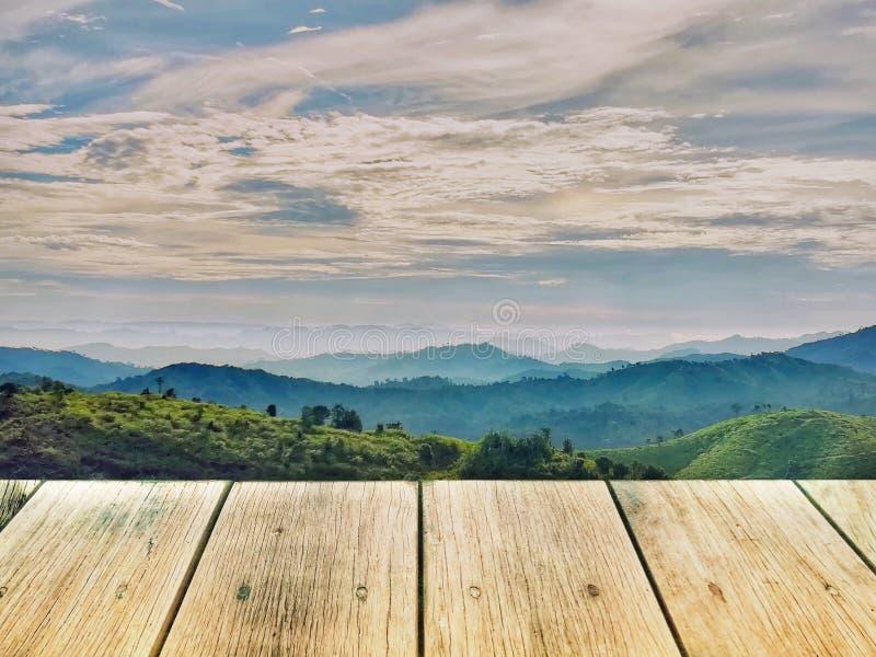 Деревянная доска на горной цепи в пасмурном дне стоковое изображение