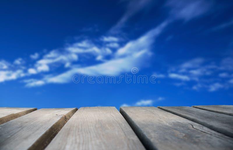 Деревянная доска с голубым небом как предпосылка стоковая фотография