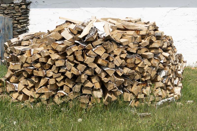 Деревянная дрова, уложенная в круглую стопку и высушенная Древесина зимой Энергия и топливо для пожаров и отопления стоковая фотография rf
