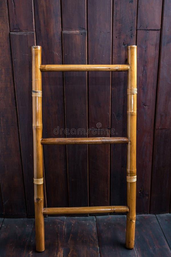 Деревянная лестница около белой кирпичной стены в пустой комнате готовой для Reno стоковые фотографии rf