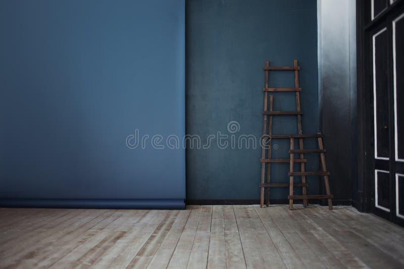 Деревянная лестница 2, около синей стены, перспектива стоковые изображения rf