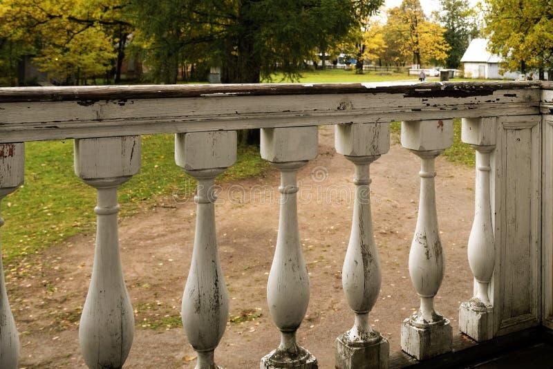 Деревянная загородка веранды старого русского поместья стоковое фото