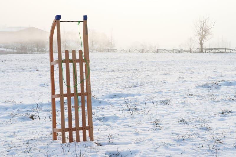 Деревянная звезда и сани в ландшафте сцены снега зимы стоковые изображения