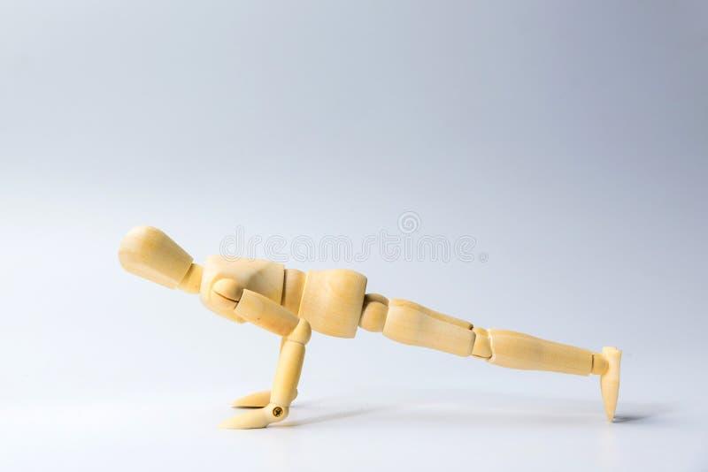 Деревянная диаграмма кукла с нажимает вверх для здоровья на белизне для exercis стоковое изображение
