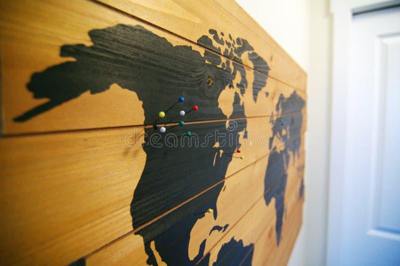 Деревянная карта стены с штырями стоковые изображения