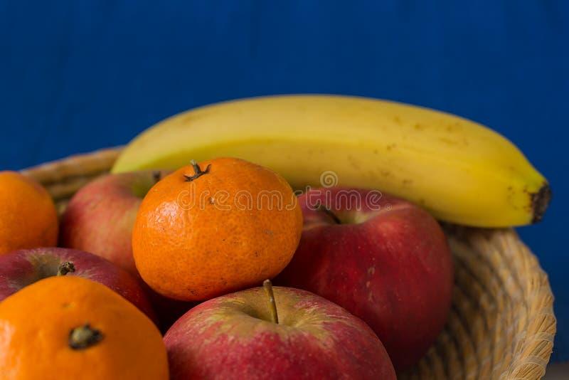 Деревянная корзина заполнила с здоровыми и свежими фруктами стоковое фото rf