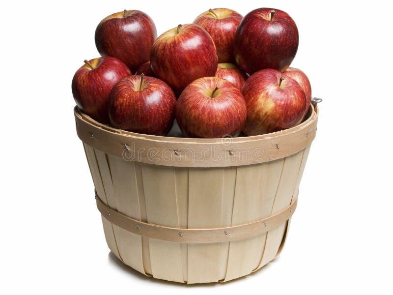 Деревянная корзина с красными яблоками стоковая фотография