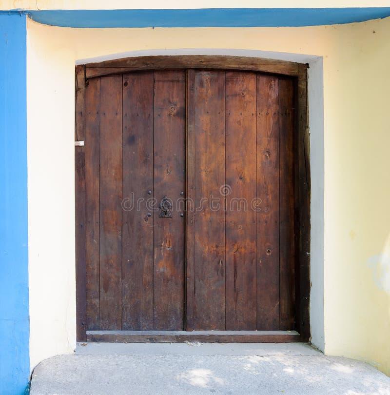 Деревянная коричневая дверь с дверным звоноком стоковые фотографии rf