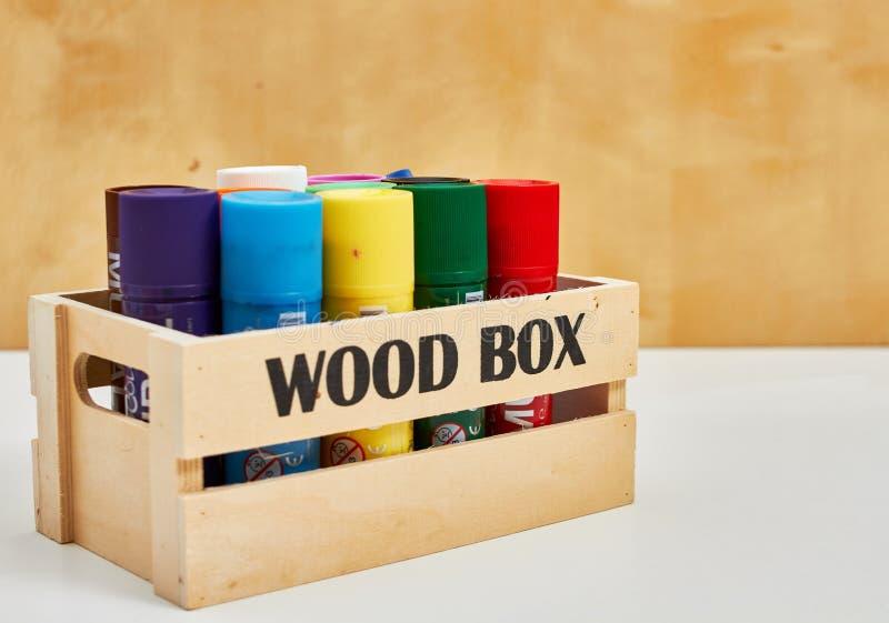 Деревянная коробка вполне больших crayons стоковые фотографии rf