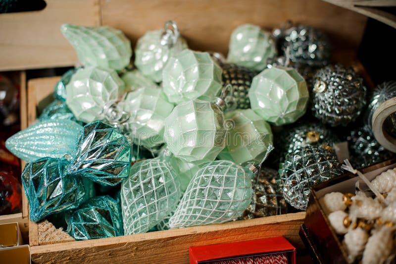 Деревянная коробка много голубых серебряных шариков игрушки различных форм стоковые фотографии rf
