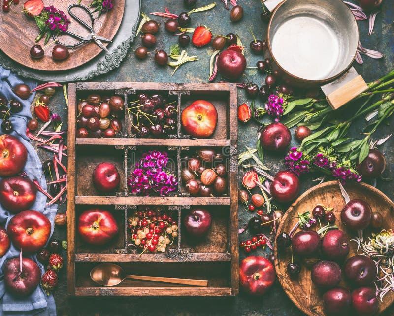 Деревянная коробка с выбором плодоовощей и ягод лета: клубники, персики, сливы, вишни, крыжовники и смородины стоковые фотографии rf