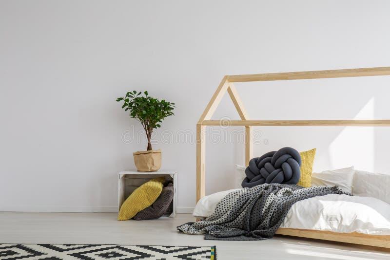 Деревянная кровать дома стоковая фотография rf