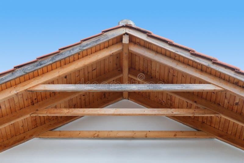 Деревянная крыша с стропилинами стоковые изображения rf