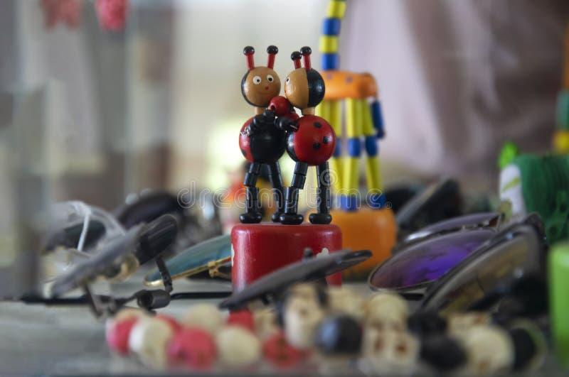 Деревянная кукла Ladybug украшенная в стеклянном шкафе показывая шлихту ювелирных изделий стоковое изображение rf