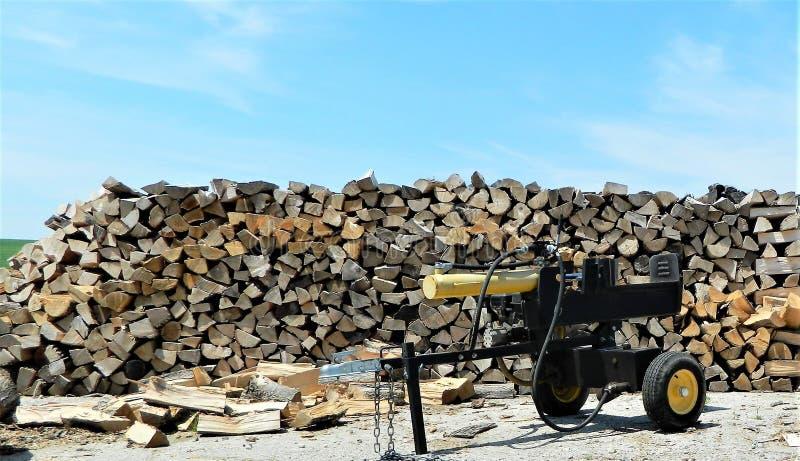 Деревянная куча с деревянным splitter в фронте стоковые изображения rf