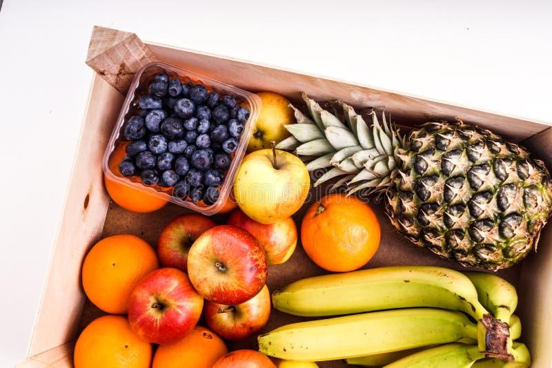 Деревянная клеть заполненная с органическим зрелым плодоовощ стоковые изображения rf