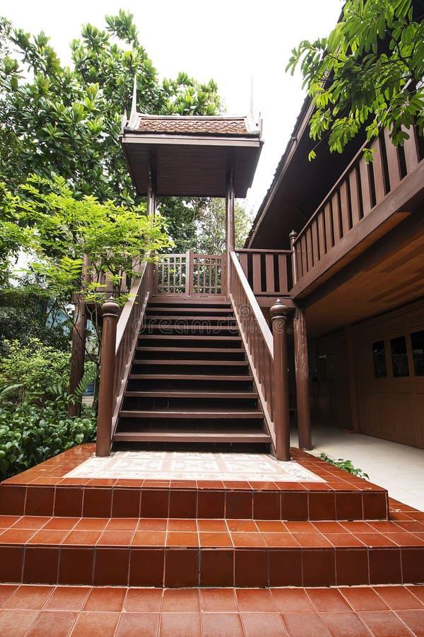 Деревянная лестница тайского дома стиля стоковое фото rf