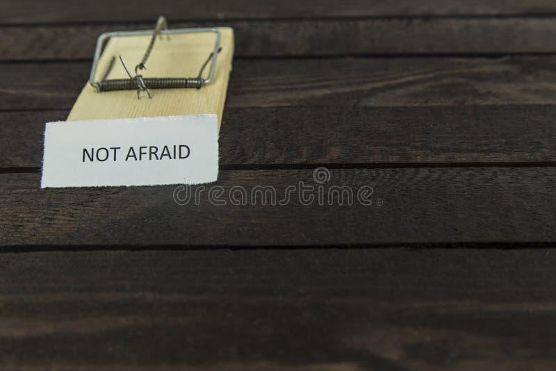 Деревянная ловушка мыши с словом: Не испуганный стоковое изображение