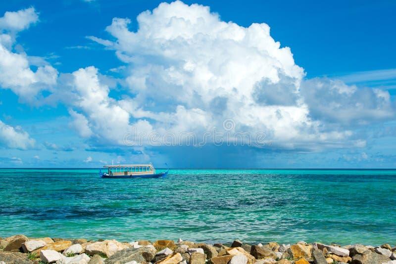 Деревянная мальдивская традиционная шлюпка dhoni стоковые фотографии rf