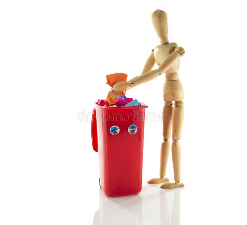 Деревянная марионетка с контейнером мусорного ведра стоковое изображение