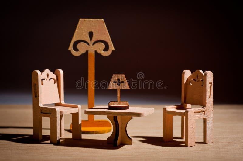 Деревянная мебель игрушки ` s детей для кукол сняла в студии стоковое фото rf