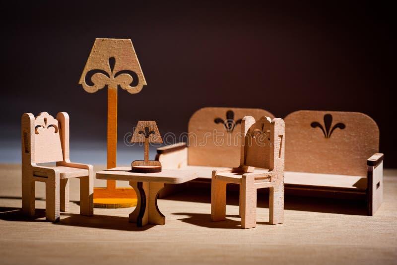 Деревянная мебель игрушки ` s детей для кукол сняла в студии стоковые фотографии rf