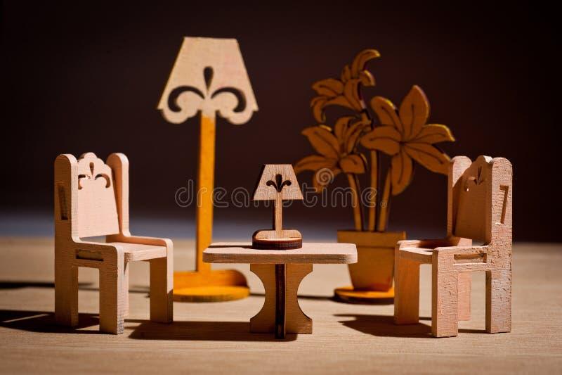 Деревянная мебель игрушки ` s детей для кукол сняла в студии стоковая фотография rf