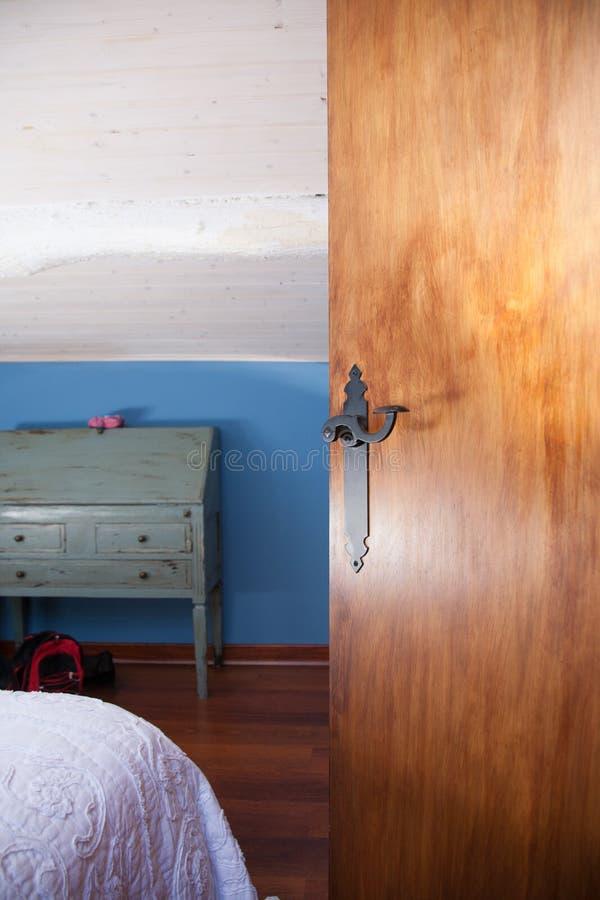 Деревянная межкомнатная дверь открытая стоковое изображение rf