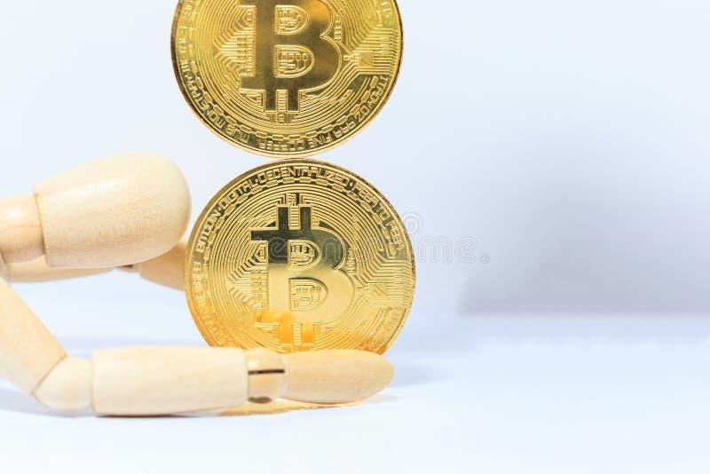 Деревянная модель робота останавливает падая знак внимания cryptocurrency Bitcoin на белой предпосылке Вклад, неопределенность ва стоковое фото