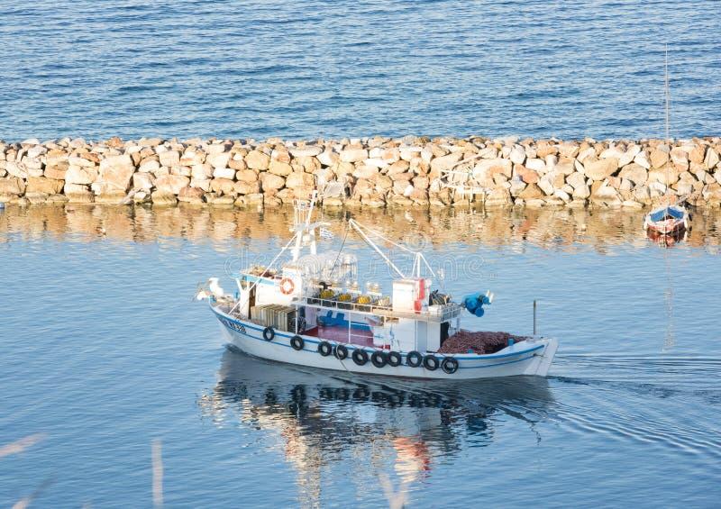 Деревянная моторная лодка рыбной ловли стоковые фото