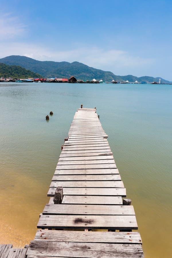 Деревянная мола на экзотическом острове Chang Koh пляжа стоковые изображения