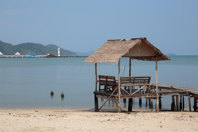 Деревянная мола на экзотическом острове Chang Koh пляжа, стоковые фотографии rf