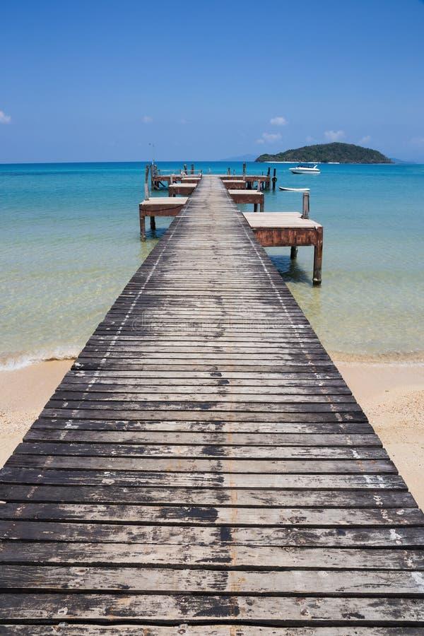 Деревянная мола на экзотическом острове Chang Koh пляжа стоковые фото