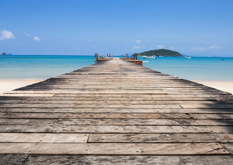 Деревянная мола на экзотическом острове Chang Koh пляжа стоковое фото