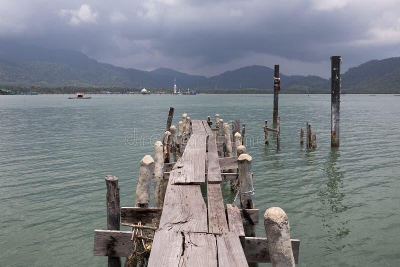 Деревянная мола на экзотическом пляже стоковые изображения