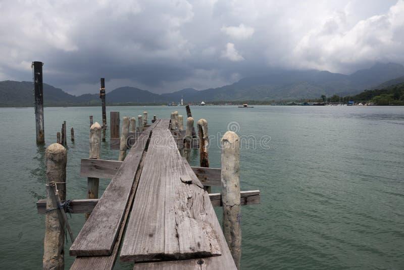 Деревянная мола на экзотическом пляже стоковое изображение