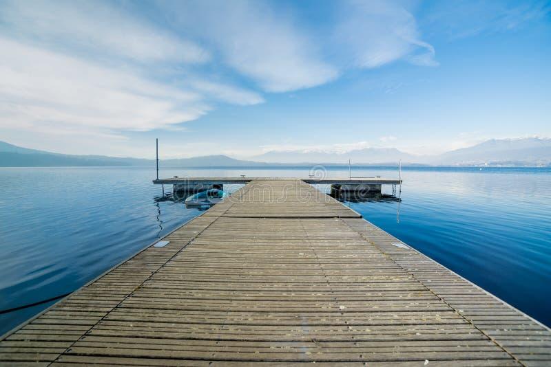 Деревянная мола с дневним светом на озере Viverone, Италии стоковые фотографии rf