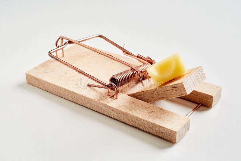 Деревянная мышеловка с сыром в конце-вверх стоковые изображения