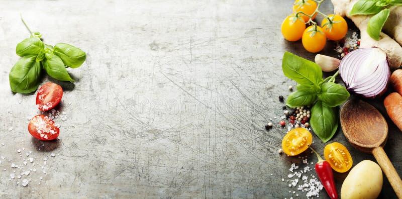 Деревянная ложка и свежие органические овощи на старой предпосылке стоковое изображение rf