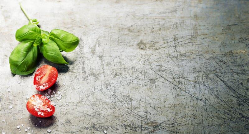 Деревянная ложка и свежие органические овощи на старой предпосылке стоковая фотография