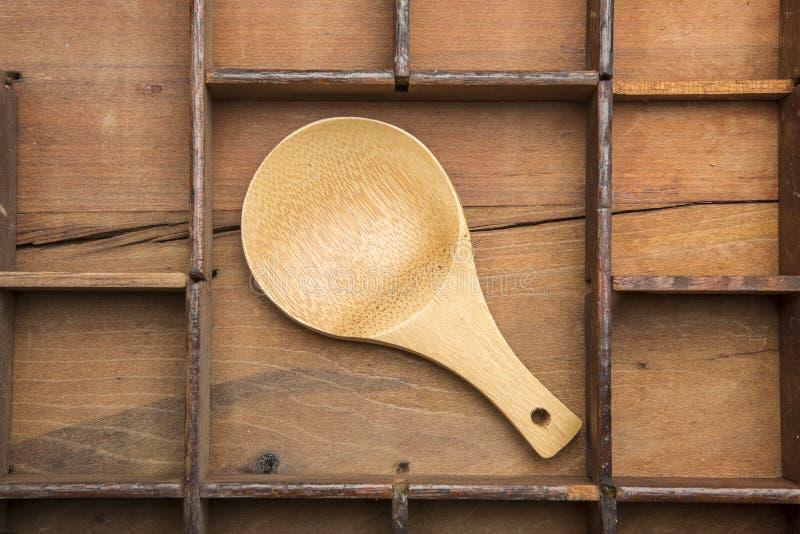 Деревянная ложка на typeset подносе стоковое изображение rf