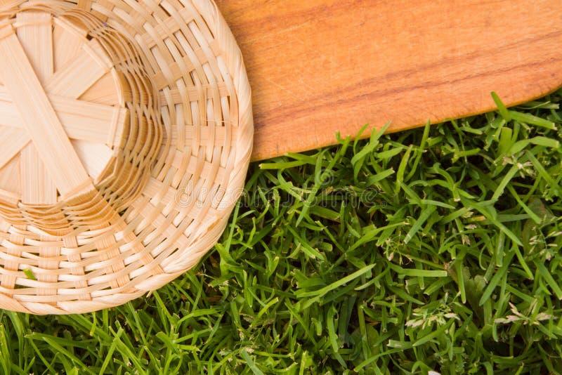 Download Деревянная доска и соломенная шляпа Стоковое Фото - изображение насчитывающей бульвара, напольно: 40577196