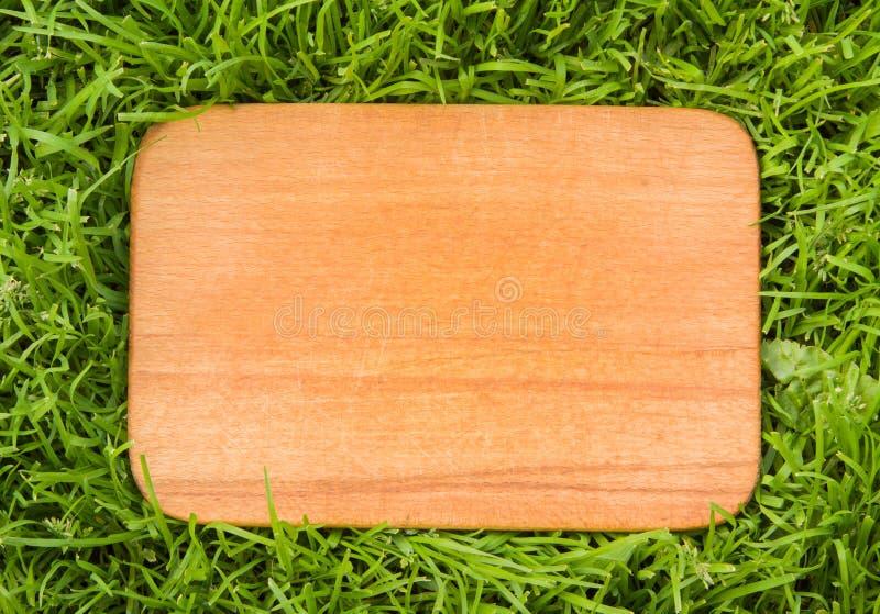 Download Деревянная доска на зеленой траве Стоковое Изображение - изображение насчитывающей природа, сторонника: 40577141