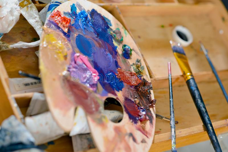 Деревянная палитра с красками масла на мольберте лагеря стоковые изображения